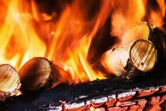 Birkenholz, das im Kamin oder im Feuer brennt Lizenzfreie Stockbilder