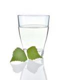 Birkensaft auf weißem Hintergrund Stockfoto