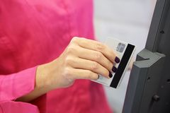 Birlando la tarjeta de crédito en leída foto de archivo libre de regalías