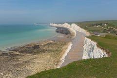 Birling mellanrum och sju vita kritaklippor East Sussex England UK för härlig engelsk kust för systrar royaltyfri bild