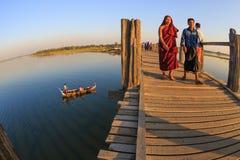 Birmańscy ludzie chodzi na U Bein moscie, Taung Tha Mężczyzna jezioro w Amarapura, Mandalay, Myanmar Zdjęcia Stock
