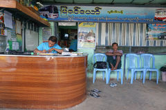 Birmańscy ludzie czeka autobus Zdjęcia Royalty Free