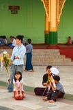 Birmańscy ludzie z obrządkową ofiarą przy Shwedagon pagodą obciosują Zdjęcie Stock