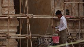 Birmańscy mężczyzna pracuje przy budową zbiory wideo