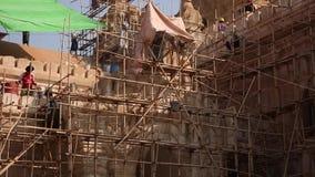 Birmańscy mężczyzna pracuje w Ananda Phaya świątyni zbiory wideo