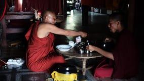 Birmańscy michaelita przy świątynią w Myanmar zbiory wideo