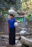 Birmańska dziewczyna z dużymi dzbankami z wodą Mrauk U, Myanmar Obrazy Royalty Free