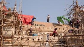 Birmańska mężczyzna praca na budowie zdjęcie wideo