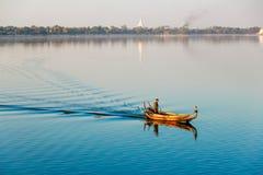 Birmański barkarz przy U Bein mostem, Taung Tha Mężczyzna jezioro w Amarapura, Mandalay, Myanmar Obraz Royalty Free