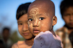 Birmański dziecko z tradycyjnym Thanaka stawia czoło farb pozy dla portreta Zdjęcie Stock