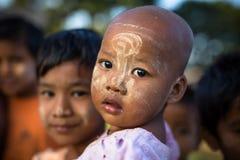 Birmański dziecko z tradycyjnym Thanaka stawia czoło farb pozy dla portreta Fotografia Royalty Free