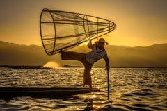 Birmański rybak na bambusowej łodzi przy wschodem słońca Zdjęcie Royalty Free