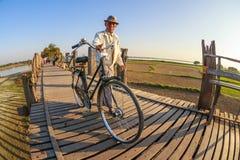 Birmański starego człowieka odprowadzenie z jego bicyklem na U Bein moscie, Taung Tha Mężczyzna jezioro w Amarapura, Mandalay, My Obrazy Royalty Free