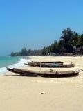 Birma. Auf den Strand gesetzte Boote Stockbilder
