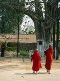 Birma. De monniken lopen aan Tempel Royalty-vrije Stock Foto