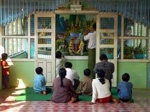 Birma. Het Aanbieden van de familie Stock Fotografie