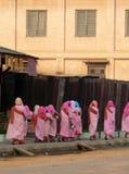 Birma. Het Verzamelen van de Aalmoes van nonnen Royalty-vrije Stock Afbeelding