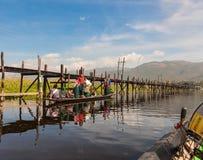 Birmańscy dziecko w wieku szkolnym przy Inle jeziorem Zdjęcia Royalty Free