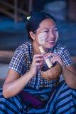 Birmańska kobieta dymi cheroot cygaro Zdjęcia Royalty Free