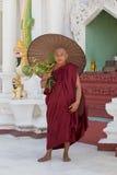 Birmańska michaelita wizyta Shwedagon pagoda Yangon, Myanmar, Birma Zdjęcia Royalty Free