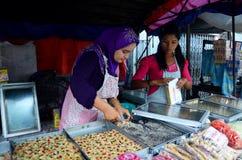 Birmaanse de snackmyanmar van de mensenverkoop stijl voor reiziger bij kleine markt Stock Foto