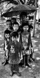 Birmaanse Kinderen die met een paraplu stellen Stock Foto