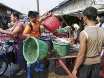 Birmaanse mannelijke vissenverkoper bij de vissenmarkt van Mandalay, Birma Royalty-vrije Stock Fotografie