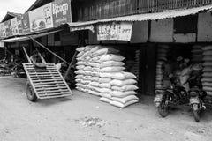 Birmaanse markt nyaung-U, met boxen die verschillende punten verkopen, dichtbij Bagan, Myanmar royalty-vrije stock afbeelding