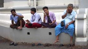 Birmaanse Mensen die Mobiele Telefoons, Myanmar met behulp van - 15 November 2017 stock videobeelden