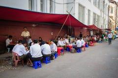Birmaanse mensen die voedsel eten en thee op de straatventer drinken royalty-vrije stock foto's