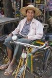 Birmaanse mensenplaatsing op zijn riksja royalty-vrije stock afbeeldingen