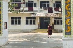 Birmaanse monnik die zijn klooster Amarapura, Birma opstappen Stock Foto