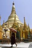 Birmaanse monnik en pagode Shwedagon Royalty-vrije Stock Foto's
