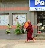 Birmaanse monniken die op straat in Yangon lopen stock fotografie