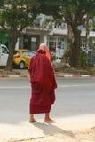 Birmaanse monniken die op straat in Yangon lopen royalty-vrije stock fotografie
