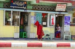 Birmaanse monniken die op straat in Yangon lopen stock foto
