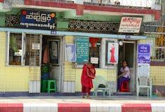 Birmaanse monniken die op straat in Yangon lopen royalty-vrije stock foto