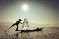 Birmaanse visser die vissen op traditionele manier vangen Het Meer van Inle, Myanmar stock fotografie