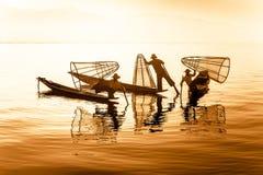 Birmaanse visser die vissen op traditionele manier vangen Het Meer van Inle, Myanmar Stock Foto