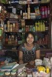 Birmaanse vrouw bij haar winkel Stock Foto