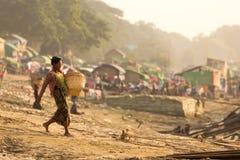 Birmaanse vrouw die in krottenwijk werken stock foto