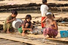 Birmaanse vrouwen in een krottenwijk stock afbeelding