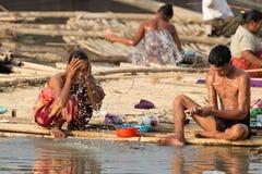 Birmaanse vrouwen in een krottenwijk stock afbeeldingen