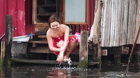 Birmane-lokales Leben an sich hin- und herbewegendem Dorf, Inle See, Myanmar - 17. November 2017 stock video footage