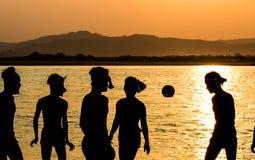 Birmania, das im Sonnenuntergang spielt Stockfotografie