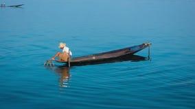 Birmania, lago Inle Método de pesca tradicional con la trampa metrajes