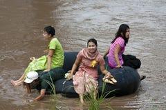Birmanische Arbeitskräfte kreuzen den Moei nach Thailand stockfotografie
