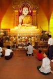 Birmanische betende Leute, Mandalay Lizenzfreie Stockfotografie