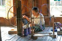 Birmanische Frau ist spinnig ein Lotosthread Stockbilder