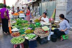 Birmanische Frauen, die frische Früchte an Bogyoke-Markt verkaufen Stockfotografie